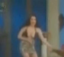 Moment stânjenitor pentru o asistentă de televiziune când a rămas cu sutienul la vedere