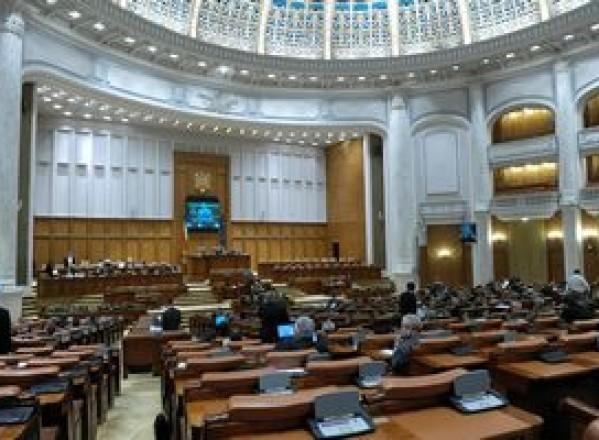 POLITICĂ / Deputaţii au decis îngheţarea pensiilor şi salariilor în anul 2012