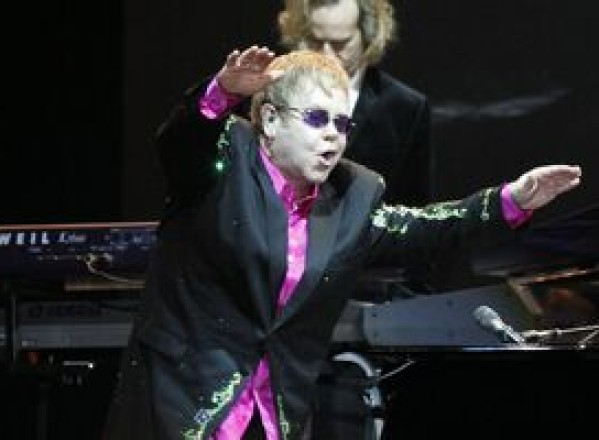 Elton John recunoaşte că ar fi putut sfârsi ca Whitney Houston