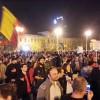 """Roşia Montana. Protestatarii au trecut de jandarmi si au strigat în fata sediului Guvernului: """"Ponta! Demisia!"""""""