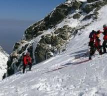 SOCIAL / Doi turişti blocaţi în Masivul Bucegi au fost recuperaţi de salvatorii montani