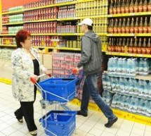 SOCIAL / Românii vor cheltui mai puţin pe haine, dar nu vor reduce bugetul pentru mâncare