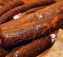 FLAGRANT / A furat mezeluri şi brânzeturi de aproape 300 de lei