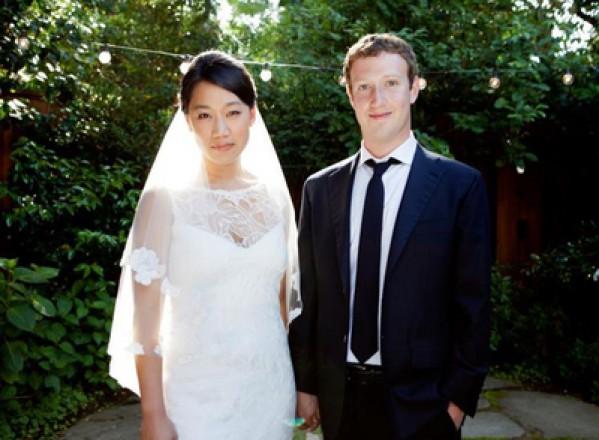 """Fondatorul Facebook a trecut de la """"intr-o relatie"""" la """"casatorit"""""""